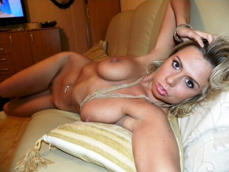 Coquine sexy domina pour gars qui aime la soumission