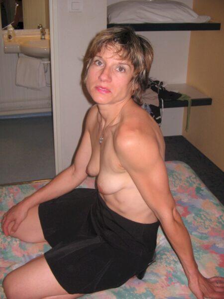 Femme coquine dominatrice pour amant qui aime la soumission