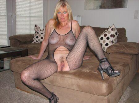 Femme cougar dominatrice pour mec qui obéit