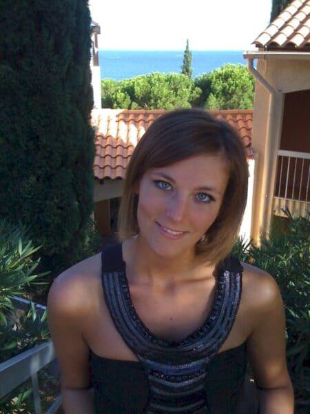 Femme infidèle sexy docile pour gars expérimenté de temps à autre dispo